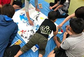 子供達が水辺で遊んでいる画像