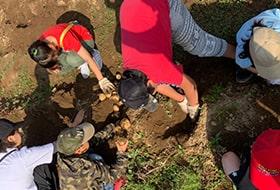 子供達が砂場で泥遊びをしているところを写した画像
