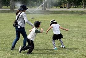 子供達が夏の公園で遊んでいる画像